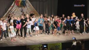 Spektakl cyrkowy w wykonaniu uczestników braniewskich półkolonii oraz…