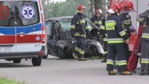Renault uderzył w drzewo. Ranna kobieta trafiła do szpitala