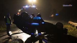 Ford uderzył w drzewo i dachował. Kierowca był pijany