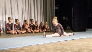Wokalistki i gimnastyczki na scenie w Braniewskim Centrum Kultury - cały…