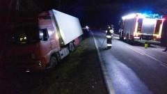 Dwa wypadki i ciężarówka w rowie - pracowity piątek braniewskich strażaków