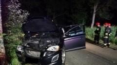 Volvo rozbiło się na drzewie, kierowca trafił do szpitala