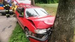 Volkswagen uderzył w drzewo. Cztery osoby trafiły do szpitala
