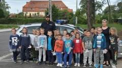 Policyjna lekcja w terenie. Dzieci uczyły się bezpiecznego przechodzenia…