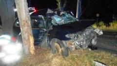 Ford rozbił się na drzewie. Kierowcę wycinali z wraku strażacy