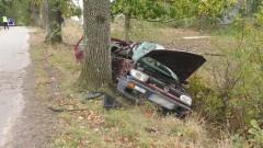 Volkswagen uderzył w drzewo. Nie żyje 21-letni pasażer