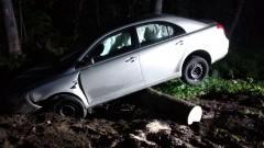 Toyota uderzyła w powalone drzewo