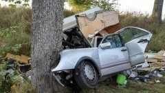 Samochód z przyczepą kempingową rozbił się na drzewie. Nie żyje…
