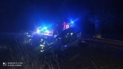 Renault uderzył w drzewo. Trzy osoby trafiły do szpitala