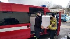 Strażacy dostarczają maseczki dla samorządów