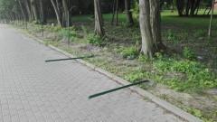 Wandale zniszczyli słupki ogrodzeniowe