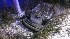 Wypadek pod Braniewem. Samochód dachował i wpadł do rowu