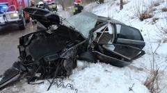 Groźny wypadek w Łajsach. Audi wypadło z drogi i uderzyło w dom