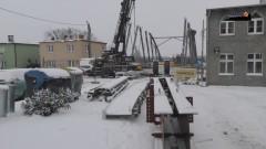 Trwa montaż stalowej konstrukcji mostu