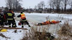 Strażacy pokazywali, jak ratować osobę, pod którą załamał się…