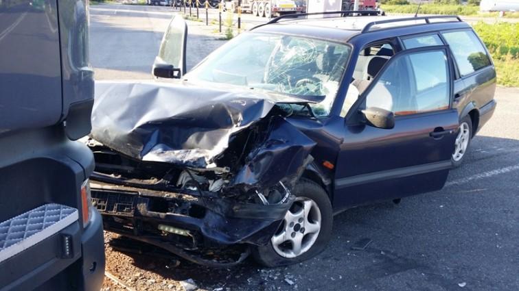 Samochód osobowy zderzył się z ciężarówką