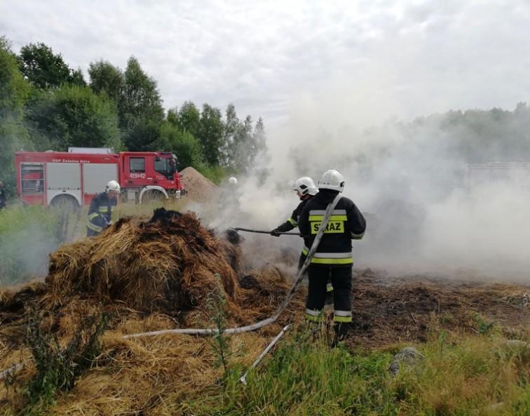 Na polu pod Jarocinem paliły się baloty słomy