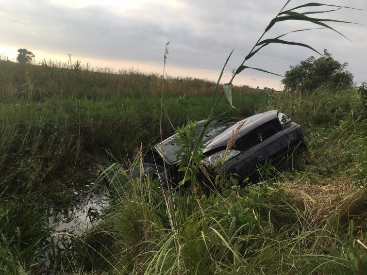 Ford wpadł do rowu z wodą. Nie żyje kierowca