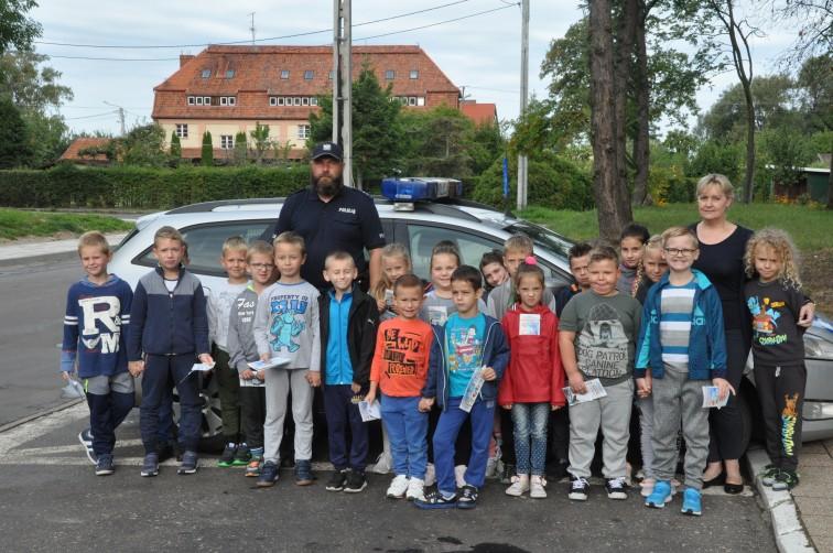 Policyjna lekcja w terenie. Dzieci uczyły się bezpiecznego przechodzenia przez jezdnię