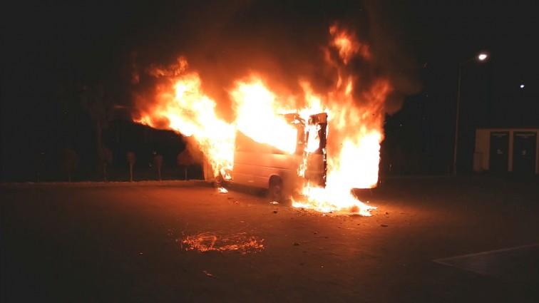 Pożar dostawczego mercedesa pod Lidlem. Interweniowała straż pożarna [wideo]