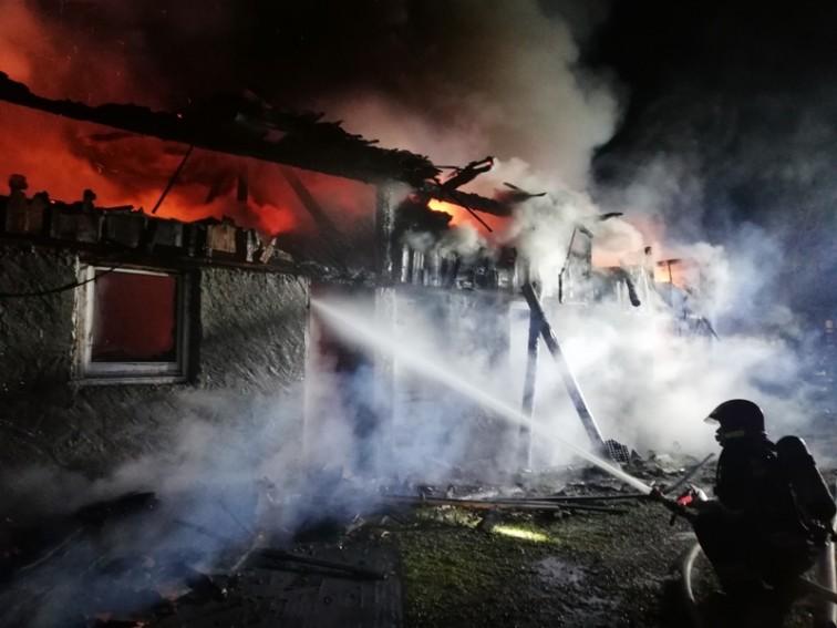 Nocny pożar w Czosnowie. Palił się budynek gospodarczy
