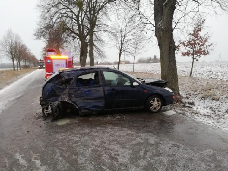 Ford uderzył w drzewo. Dwie kobiety i dziecko w szpitalu