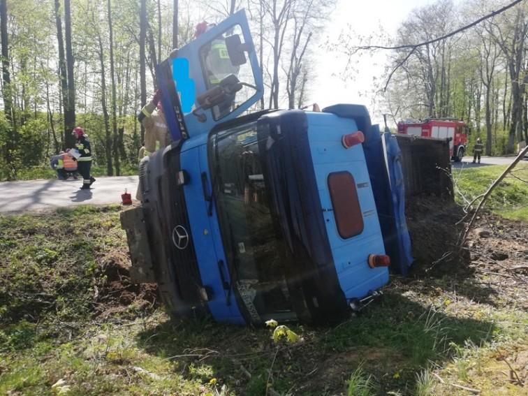 Ciężarówka w rowie. Kierowca chciał uniknąć zderzenia