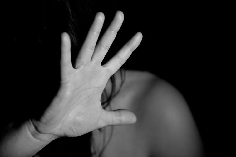 60-latek dotkliwie pobił żonę i groził jej śmiercią