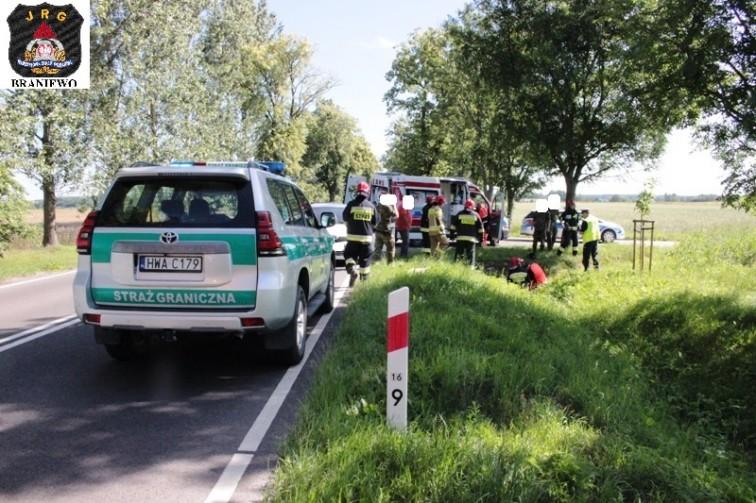 Motocyklista uderzył w bok skręcającego auta