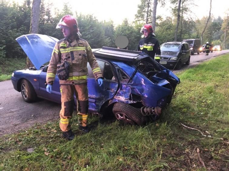 Wypadek w pobliżu Bornit. Mazda uderzyła w drzewo