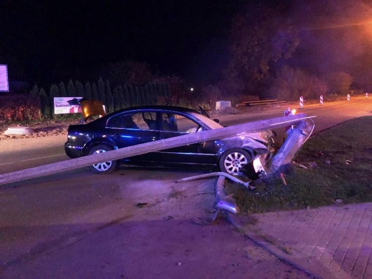 Pijany kierowca uderzył w latarnię