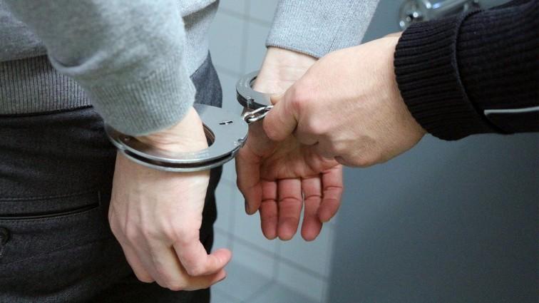 Ze sklepowej półki do nogawki spodni. Policjanci zatrzymali złodzieja perfum