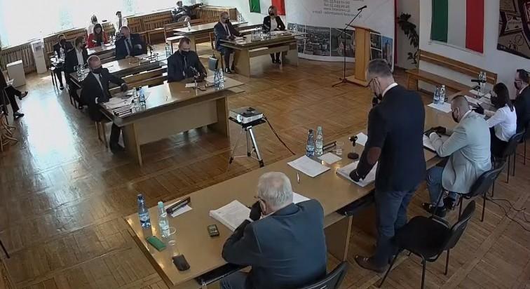 Radni w maseczkach i rękawiczkach. Nadzwyczajna sesja Rady Miejskiej w Braniewie
