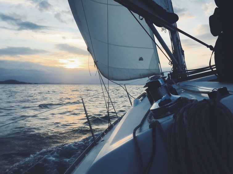 Obóz ze szkoleniem na patent żeglarski dla nastolatka - kiedy warto wysłać dziecko na takie zajęcia?