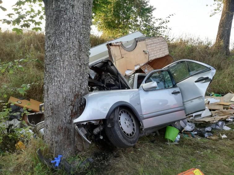 Samochód z przyczepą kempingową rozbił się na drzewie. Nie żyje kierowca [wideo]