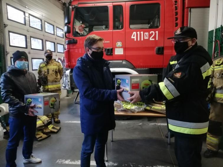Strażacy-ochotnicy z nowymi ubraniami