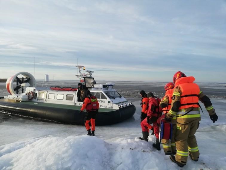 Strażacy i pogranicznicy z MOSG ćwiczyli na lodzie