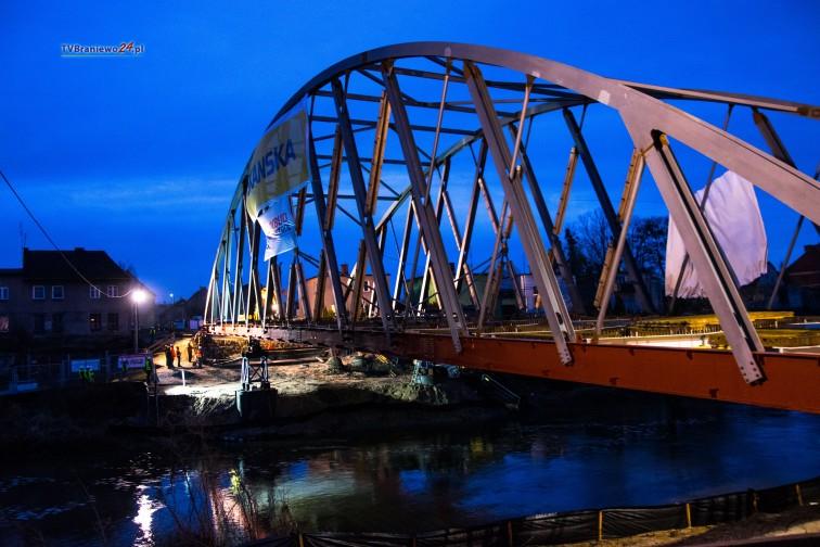 Budowa mostu w Braniewie. Stalowa konstrukcja połączyła oba brzegi Pasłęki