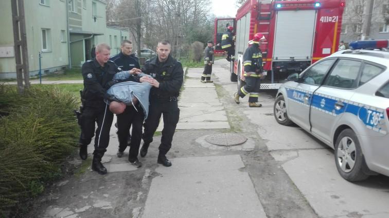 Syn sadysta znęcał się nad matką. Przed policjantami schował się pod dziecięcym łóżeczkiem