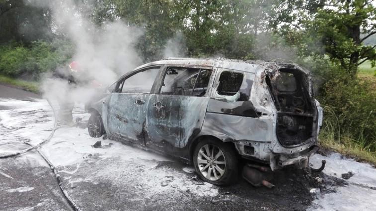 Pożar samochodu w pobliżu Chruściela. Spłonęła osobowa mazda