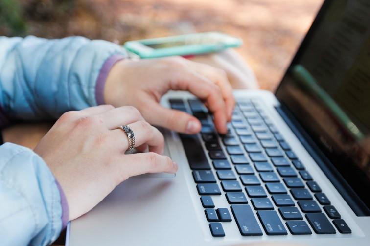 Młodzi sięgają po pożyczki przez internet
