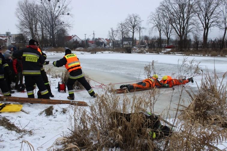 Strażacy pokazywali, jak ratować osobę, pod którą załamał się lód