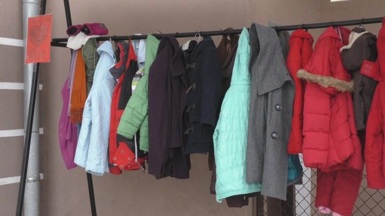 """""""Wymiana Ciepła"""" w Braniewie. W mieście stanął wieszak z ubraniami dla potrzebujących"""