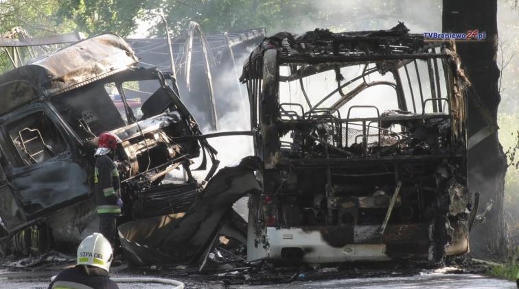 Zderzenie autobusu z TIR-em. 16 osób poszkodowanych