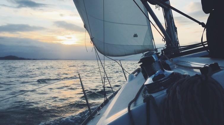 Obóz ze szkoleniem na patent żeglarski dla nastolatka - kiedy warto…
