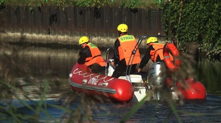Dwie osoby w wodzie, nurkowie w akcji. Strażackie ćwiczenia na Pasłęce