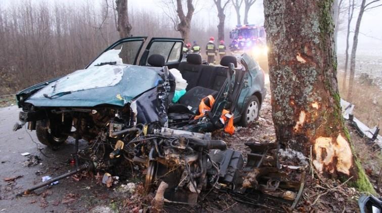 Golf uderzył w drzewo. Kierowca był zakleszczony we wraku